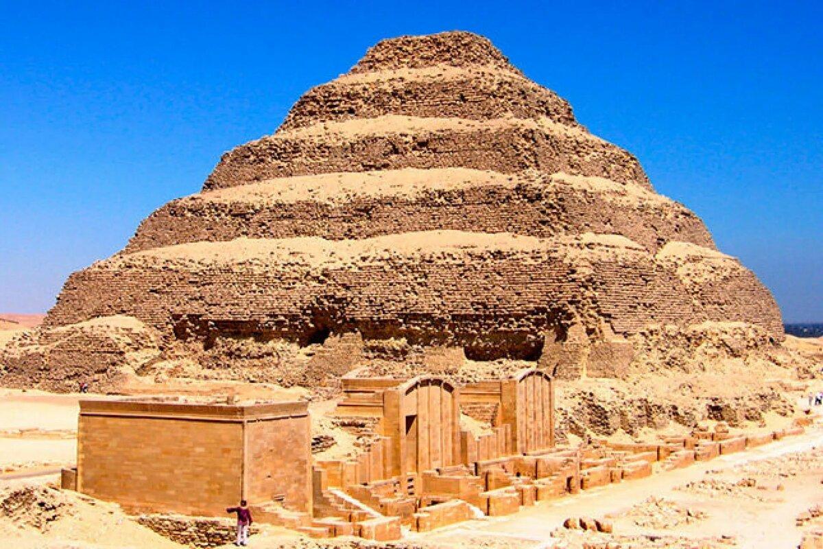 Ступенчатая пирамида Джосера в Саккаре - самая первая пирамида, построенная в Сахаре