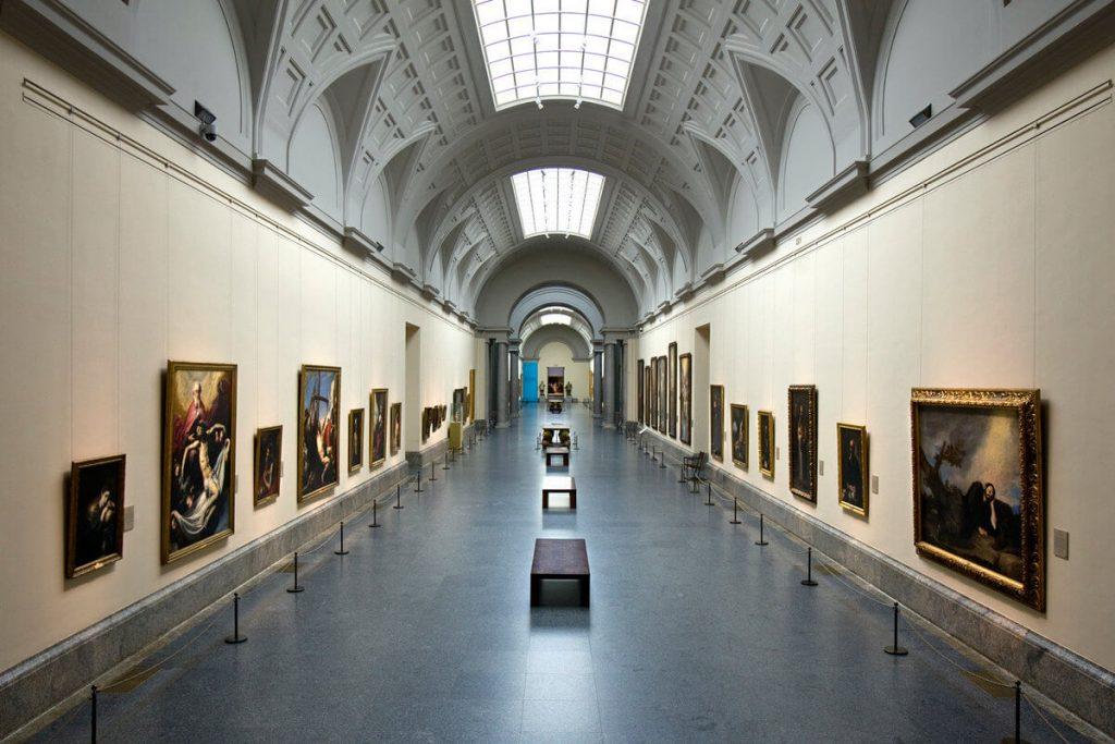 В залах выставлено более 3000 картин