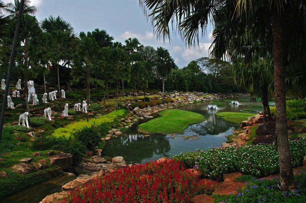 Пруд в саду Нонг Нуч